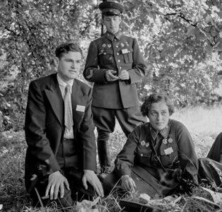 Члены делегации СССР старший лейтенант ВН Пчелинцев младший лейтенант ЛМ Павличенко и секретарь МГК ВЛКСМ НП Красавченко в Вашингтоне 1942 год
